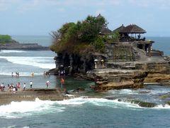 18<タナロット寺院> 「タナロット」とはバリ語で海の中の土地(タナ=大地、ロット=海)つまり「海に浮かぶ寺院」という意味で、寺院はその名の通り海の中の岩の上に立ち、別名は「ロックテンプル」。 夕日が美しい寺院として、ケチャダンスの行われる場所としても有名です。今回は昼間の訪問でしたが、次回はぜひ夕方に訪れたいと思います。