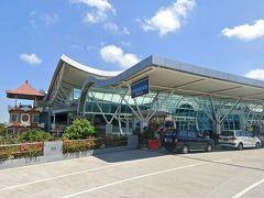44<空港到着> バリ国際空港は通称で、デンパサール国際空港も通称。正式名はインドネシア独立戦争の英雄の名前を冠した「イ・グスティ・ングラ・ライ国際空港」(言いにくく、覚えにくい・・・) 2日間の充実したバリ観光ができたのは、チャータータクシーのガイドさんとドライバーさんのおかげです。二人には多めにチップを渡しました。 たった2日間では到底味わい尽くせないバリ島でした。またいつか絶対に来るぞ!! ※写真:Google Earth ストリートビョーより  インドネシアの旅5日目~「バリ島観光2日目」は以上です。 最後までごらんいただき、ありがとうございました。 バリ島に行かれるなら、「チャータータクシー」がおすすめですヨ!  最後に、みなさん! GWは、苦しくても「STAY HOME」で頑張りましょう!!