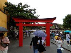 日本橋まで戻ると、朝にはなかった鳥居が建てられていました。夜になると取り外しされているのでしょうか。