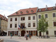 ブラチスラバ旅行記の後編です。 通りを歩いて行くとその先には旧市街の広場がありました。この広場がフラヴネー広場です。 ここは旧市街の中心広場で旧市庁舎や各国の大使館などがあります。 写真は広場の北西にあるフランス大使館です。
