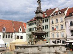 広場にあるロランドの噴水。 皇帝マクシミリアンの命により1572年に造られた噴水でブラチスラバでは最も古い公共の水汲み場です。 噴水の中央に立つ騎士像は皇帝マクシミリアンですが、中世の騎士ローラントという風説もあります。ローラント(ロランド)はドイツのブレーメンやクロアチアのドブロブニクに像がある中世の英雄ですが、なぜそのように呼ばれるようになったかは定かではありません。