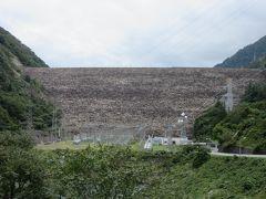 テラスからは御母衣ダムの巨大な姿が望めます  御母衣ダム 1960年(昭和35年)竣工のロックフィルダム 堤 高 131.0m 堤頂長 405.0m ローラーゲート 1門 ドラムゲート  1門