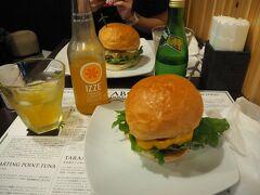 ユーグレナモール内にある「DOUG'S BURGE 石垣島店」にてランチ。 多良間牛のハンバーガーをいただきました。 ボリューミーでおいしかったです!