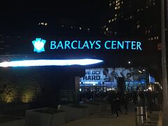 今日のメインイベントはブルックリンネッツvsニューオーリンズペリカンズ、初めてのバスケット観戦です。チケットはチケットマスターで日本から予約済みです。アクセスも地下鉄駅出てすぐで簡単でした。
