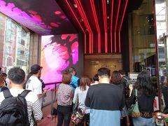 まずは新光三越南西店へ着きました。 11時開店のオープン待ち 込み合っている鼎泰豊の番号札を取ります。