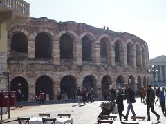 アレーナ(円形闘技場)。 紀元1世紀に建てられた古代ローマ時代の円形闘技場です。 長さ152メートル、幅128メートル、高さ30メートルの大きさで、 ローマのコロッセオよりも少し古いです。