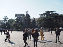 アレーナの前は大きな広場のブラ広場です。 観光客を含めて多くの人が出ています。