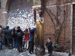 ジュリエッタの像です。 右側の胸を触ると幸せな結婚、恋愛ができるということで、 多くの人が触っているので、金ぴかになっています。