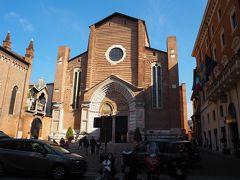 サンタナスターシア教会です。 ルネサンス様式の15世紀に建てられたものです。