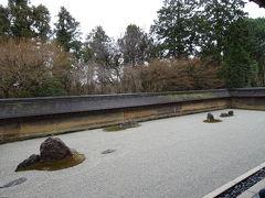 次は龍安寺。 雨の中の石庭です。