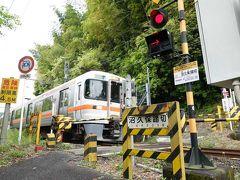 途中から下り坂になりました。 その下り坂を下って行くとJR身延線沼久保駅に着きました。 着くと同時に警報機が鳴り出して電車が来ました。