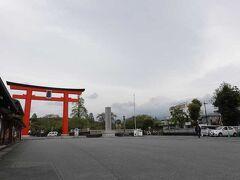 富士山本宮浅間大社に来ました。 鳥居右側に富士山が見えましたがわからないかな。 新型コロナウィルスで騒がれていますので、観光客はいません。