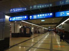 南港駅の地下3階から電車に乗ります。