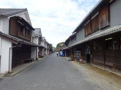 約45分で到着するはずの宇和(卯之町)までは、イルカに出会えたため約1時間かかりました(10:48)。  卯之町は、かつては宿場町として賑わった古い町並を残しており、国の重要伝統的建造物群保存地区になっています。白壁、うだつ、出格子など伝統的な建築様式を見ることができます。  この通りが、伝統的な建築様式の建物が並んでいるメイン通りです。