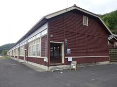 卯之町の町並みから車で約5分(徒歩1km:12分)の「宇和米博物館」です。 建物は、昭和3年建築の木造校舎(旧宇和町小学校)を移築して、米つくりの資料などを展示していているので、お米のことを詳しく知ることができます。