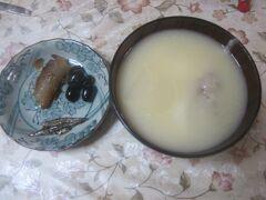 実は元日は早朝から動いていたので、令和最初のお正月のお雑煮は翌2日に初めて頂きました。 うちのお雑煮は両親が京都人のため、白味噌仕立てのお雑煮です。
