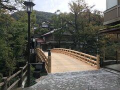 こおろぎ橋へ。総ひのき造りのこの橋