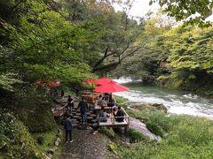 真っ赤な加賀傘が印象的な鶴仙渓の川床。お茶とお菓子でひと息するのもいいかも