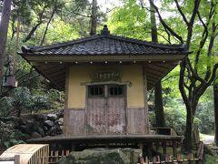 芭蕉堂へ。ここは北国行脚の折に山中温泉を訪れ、「山中や菊は手折らじ湯のにほい」と詠んで名湯を称えた松尾芭蕉を祀る御堂。創建は明治43年(1910年)