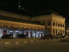 10月25日(金)午前4時30に起床。朝食を済ませてメトロの駅に行くが、シャッターが下りていて電車は走っていない。早朝の列車に乗るためにマドリッド・アトーチャ駅まで歩ける距離のホテルを選んで正解だった。午前6時前にはアトーチャ駅に到着したが、辺りは真っ暗だった。