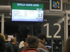 駅の改札前で待っているとしばらくして案内が始まった。Webで予約したチケットをプリントアウトしたものを見せてフラットホームへ。料金は35.75ユーロだった。