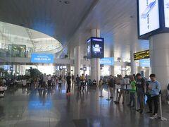 羽田8:30発の便に乗ってハノイ・ノイバイ空港に到着しました。 入国審査が終わって13:30。 ルアンパバーン行きの飛行機は19:30発なので17:30までに空港に戻るようにします。
