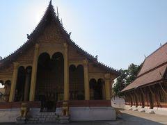 しばらく歩くと道路沿いに存在感のある建物が現れ、 ワットセーンという寺院に到着します。