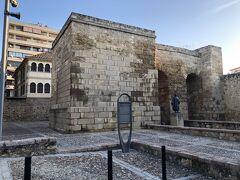バスを降りて旧市街の方向に少し歩くと、城壁が見えてくる。その中にセビーリャ門がある。