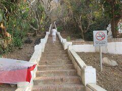 国立博物館の正面にプーシーの丘に登る階段があります。