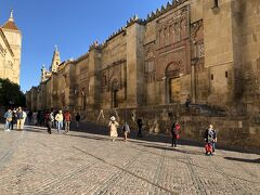 メスキータは、スペイン語でモスクを意味し、スペインに現存する唯一の大モスク。10mの高さのイスラム時代の外壁に囲まれ、一番手前の馬蹄形のアーチが施されていてるのがサン・ミグエル門。