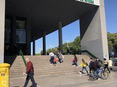 午後2時20分にセビーリャのプラザ・デ・アルマス・バスターミナルに着いた。コインロッカーは観光案内所の人に開けてもらって使用する。