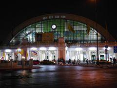 午前6時前のファランポーン駅。 外はまだ暗いです。
