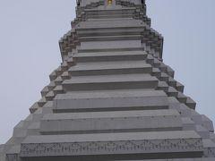 緑に輝く仏塔を内部に安置する白い大仏塔が開くのは午前8時からです。 本堂にもお参りして1時間ほど待ちました。 閉まる時間は午後6時だそうです。 靴を脱いで上がります。
