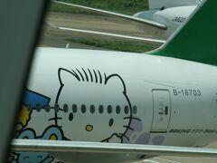 11:30 ホーチミン空港到着 キティーちゃんの後ろのJALに搭乗