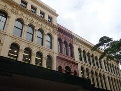 クイーンストリートモールは買い物客でにぎわってるけど。 気になったのはお店の建物の2階から上。