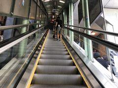 階段は疲れるので、エスカレーターのお世話になります。