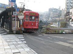 崇福寺電停は、川の上に駅舎が建っている少し珍しい停留所となっています。  途中新地中華街で乗り換え、石橋電停を目指します。