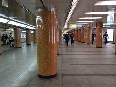 東京メトロ三越前駅地下通路。 消防署の皆さんが点検しながら歩いています。 銀座線の三越前駅は文字通り、日本橋三越に直結してますが、半蔵門線はだいぶ西寄りにホームが在って、長い通路を歩かなくてはなりません