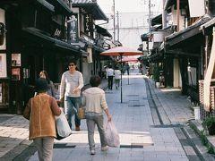 この通りは大通寺への「長浜御坊参道」です、  両側には色々な店が建ち並んでいて、見るだけでも楽しいです。