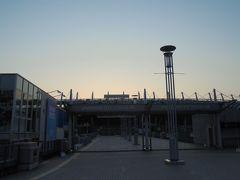 この日、東京の日の出時刻は4時50分。  無人の味スタの前でストレッチ。