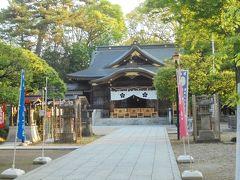 許可を得れば撮影させてくれるのでしょうが、外から本殿を眺めます。  確かに神社の奥に鬼太郎が消えて行きそうな雰囲気は感じられる。