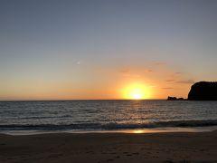 女将さんのおすすめで近くの白鶴浜に夕陽を見に行きました。水平線に沈む夕陽はものすごく久しぶりで感動でした。