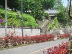 蝉坂を下る途中 平塚神社への階段があります
