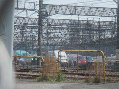 線路沿いに南下すると見えてきたのが新幹線の車両センター 色んな形式の車両が並んでいます