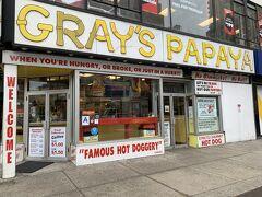 『グレイズパパイヤ』 ニューヨークといえばホットドッグというのが学生時代の印象でした。 こちらの店はホットドッグで評判の店。  食べてみると、正直期待外れだったかな。 何事も経験ですね。