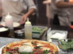 けどここのピザ、最強においしかったです。 イタリアで本場のピザを食べたことがないのでわかりませんが 日本でもなかなか上位に来るくらいおいしいんじゃないかと思えるピザ屋さんでした。 ボリューミーでしたが1人1枚は食べることができましたよ。