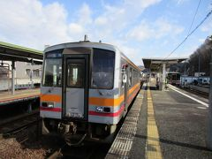 播磨新宮から佐用までの普通列車はキハ122系の1両編成(右)、急ぎ足で乗り換えて座席を確保しました。 佐用から津山への普通列車も1両編成。 車輌はやや小柄なキハ120系(左)にバトンタッチです。