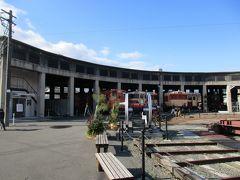 「津山まなびの鉄道館」扇形機関車庫の全景。 1936年に竣工し、現在は先述の転車台とともに国の近代化産業遺産に認定されています。