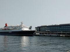 新港ふ頭のハンマーヘッドを見ながら、赤レンガ倉庫方面へ 着岸している船は、前にふれたにっぽん丸