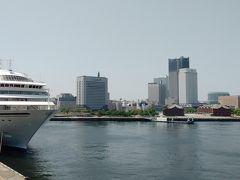 大さん橋埠頭から赤レンガ倉庫、ランドマークタワーを臨む